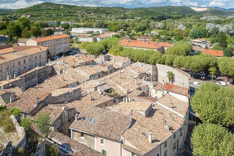 Draufsicht der Dachspitzen des Dorfs Viviers im Ardèche stockfotos