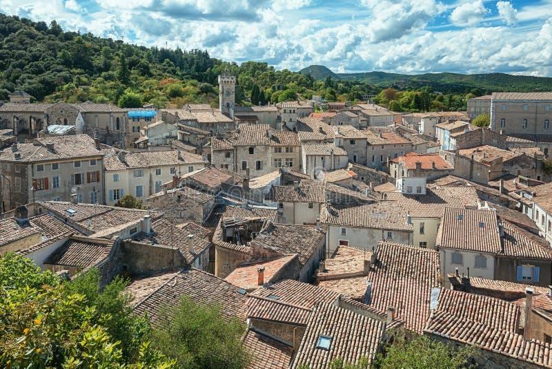 Draufsicht der Dachspitzen des Dorfs Viviers im Ardèche lizenzfreies stockfoto