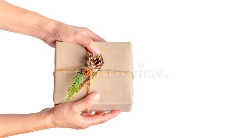Draufsicht der Frauenhand Weihnachtspräsentkarton halten an lokalisiert lizenzfreie stockfotografie