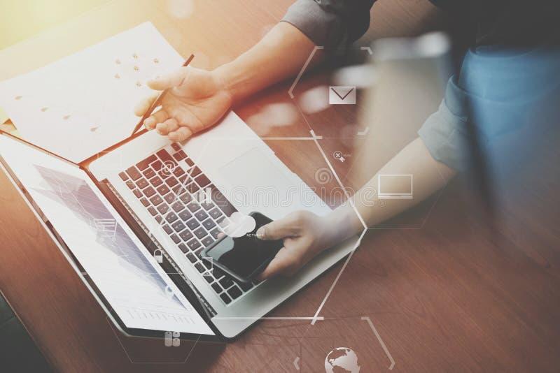 Draufsicht der Geschäftsmannhand arbeitend mit Laptop-Computer und m lizenzfreie abbildung