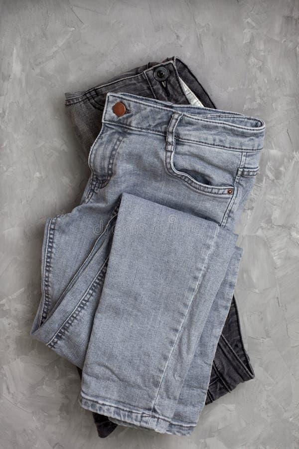 Draufsicht der grauen Jeans lizenzfreies stockbild