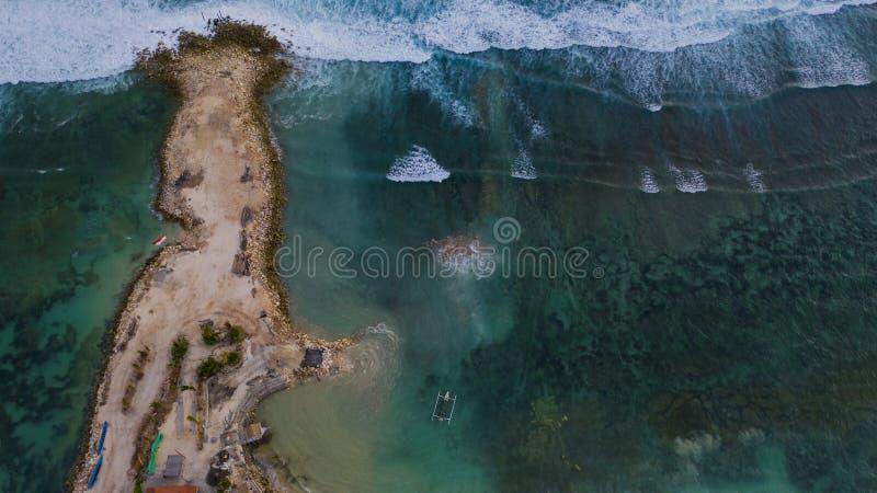 Draufsicht der Halbinsel mit Boot stockfoto