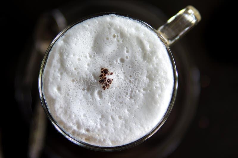 Draufsicht der heißen Kaffeecappuccinoschale mit Milchschaum stockfoto