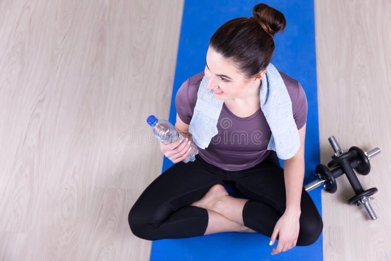Draufsicht der jungen sportlichen Frau nach der Ausbildung stockfotos
