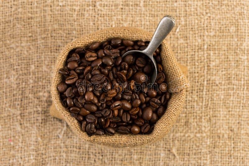 Draufsicht der Kaffeetasche auf braunem Jutefaserhintergrund stockfotos