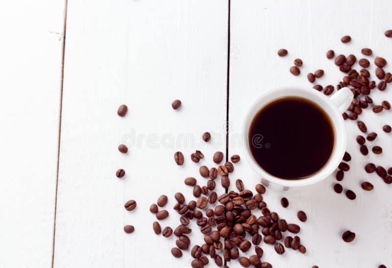 Draufsicht der Kaffeetasse über weißen hölzernen Tabellenhintergrund lizenzfreies stockfoto