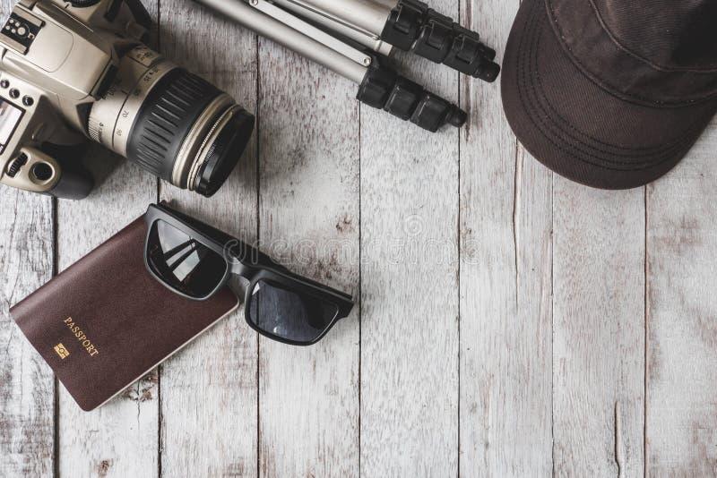 Draufsicht der Kamera mit Stativ, Kappe, Sonnenbrille und Pass auf Tabelle stockbild