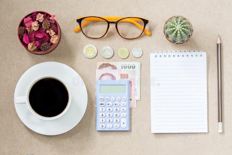 Draufsicht der leeren Seite des Kaffeenotizbuches und der Banknote und der Münze und stockfotos