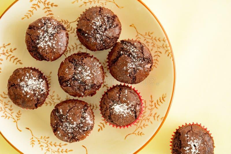 Draufsicht der Minischokoladenschokoladenkuchen lizenzfreie stockbilder