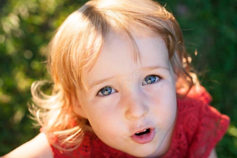 Draufsicht der Nahaufnahme netten kleinen kaukasischen gilr Gesichtes lizenzfreies stockfoto
