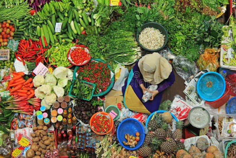 Draufsicht der nicht identifizierten Frau Gemüse verkaufend stockfoto