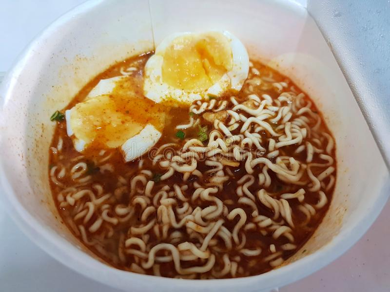 Draufsicht der Nudel mit gekochter Ei, heißer und saurer Suppe in der weißen Schüssel lizenzfreie stockfotografie