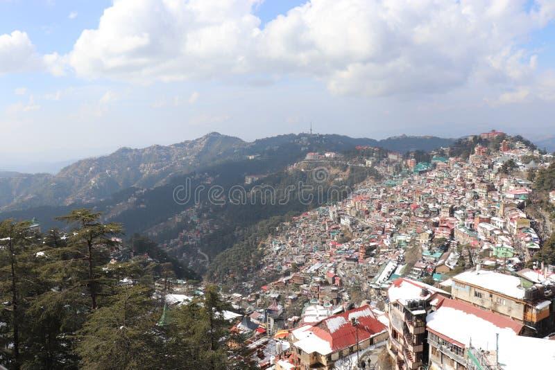 Draufsicht der schönen Hügelstation der Stadt lizenzfreies stockbild