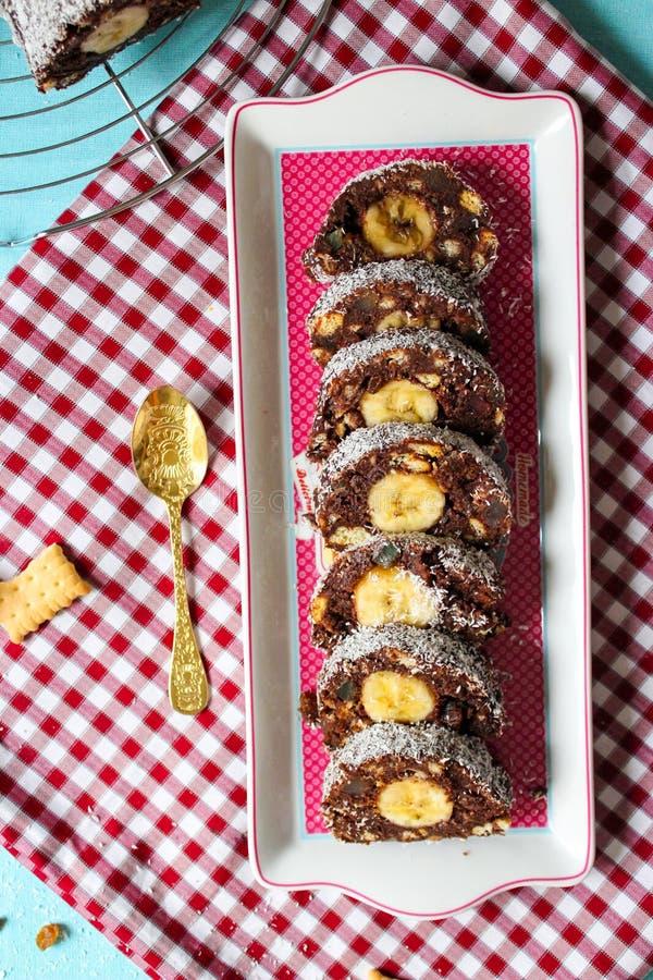 Draufsicht der Schokoladensalamirolle mit Banane stockbilder
