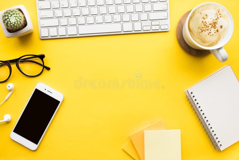 Draufsicht der Schreibtischtabelle mit modernem Zubehör, Versorgungen stockfoto