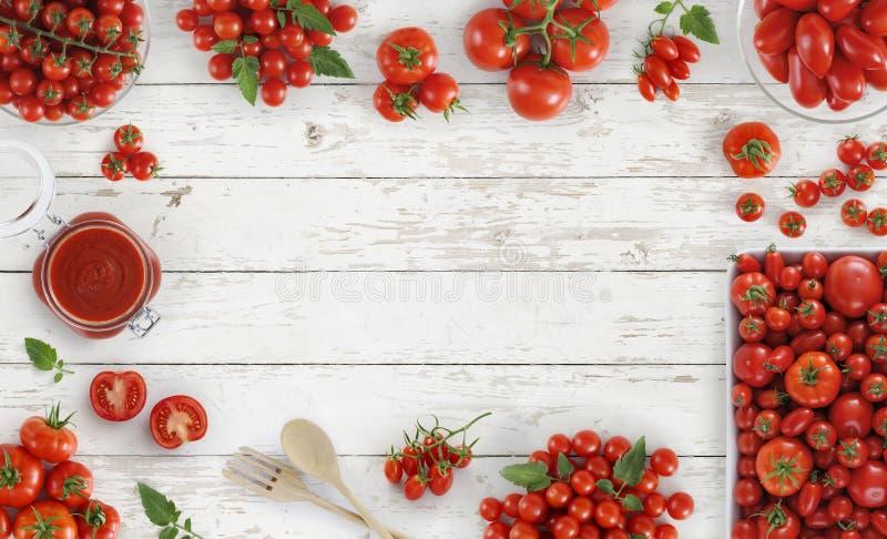Draufsicht der Tomaten über Holztisch-Kopienraum der Küche weißen lizenzfreies stockbild