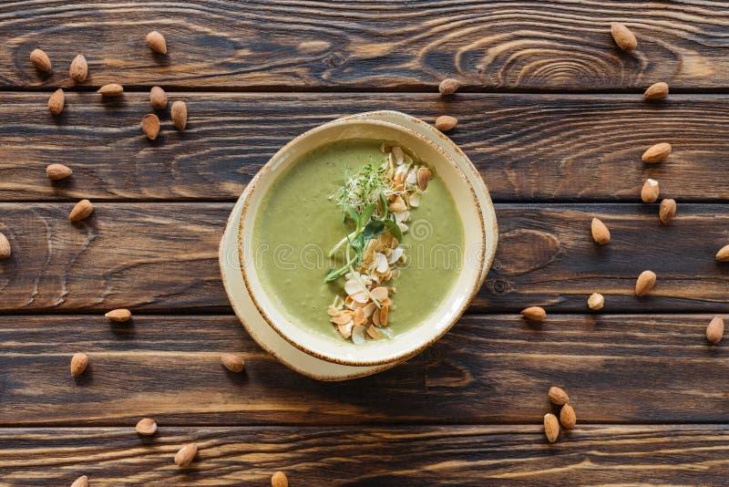 Draufsicht der vegetarischen Sahnesuppe mit Brokkoli und Sprösslinge und vereinbarte Mandeln stockfotos