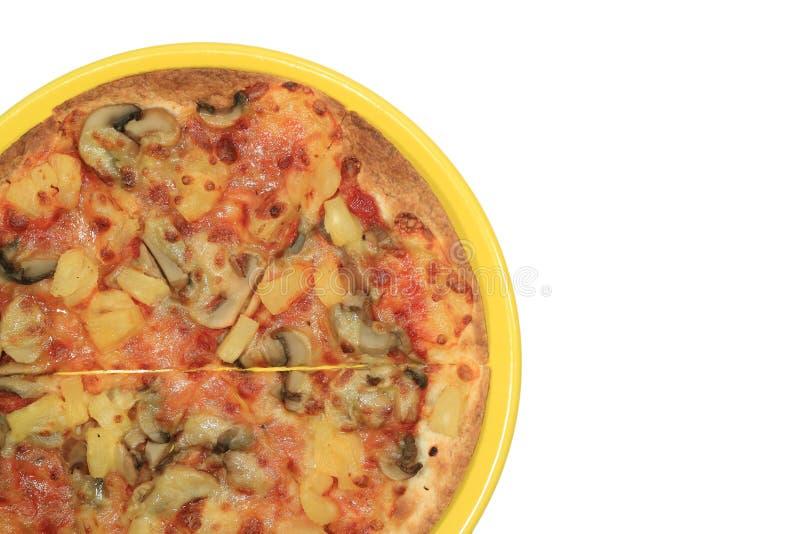 Draufsicht der Veggiepizza auf einer gelben Platte lokalisiert auf weißem Hintergrund lizenzfreies stockfoto