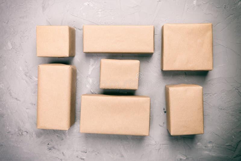 Draufsicht der verschiedenen Geschenkboxweinlese, getont, freier Raum für Sie Entwurf auf grauem Zementschreibtisch stockbild