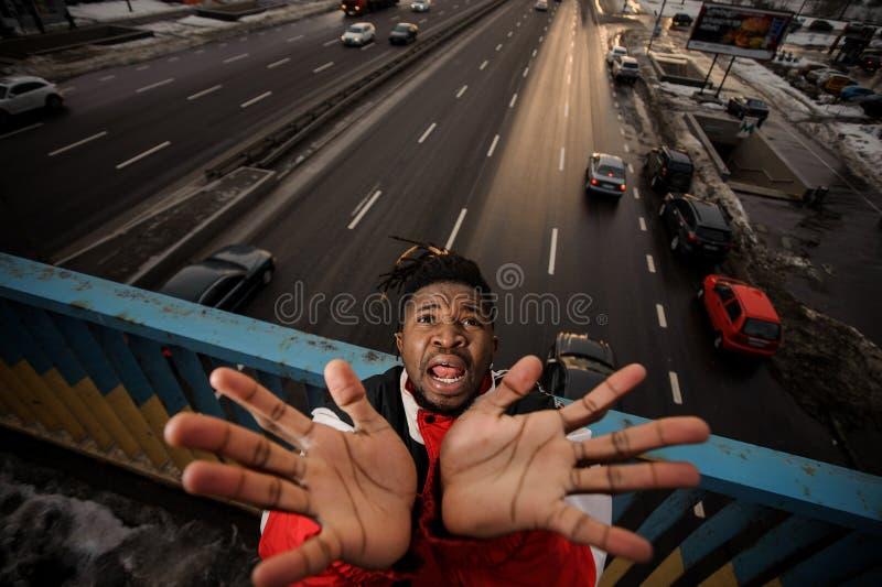 Draufsicht des Afro-amercan Mannes oben steigend seine Hände und schreiend stockfotos