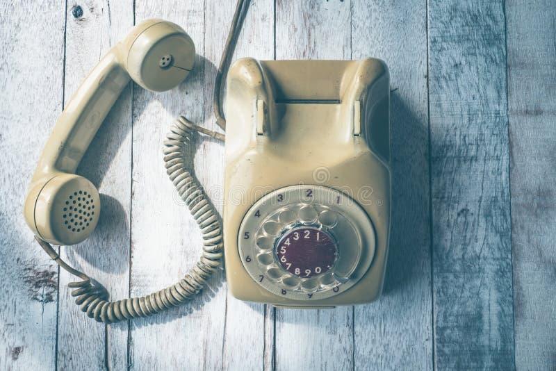 Draufsicht des alten Telefons auf Holztischhintergrund lizenzfreies stockfoto