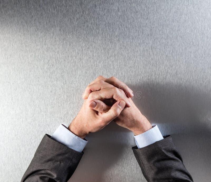 Draufsicht des anonymen kontrollierten Geschäftsmannes übergibt das Ausdrücken von Reflexion oder von Geduld lizenzfreies stockbild