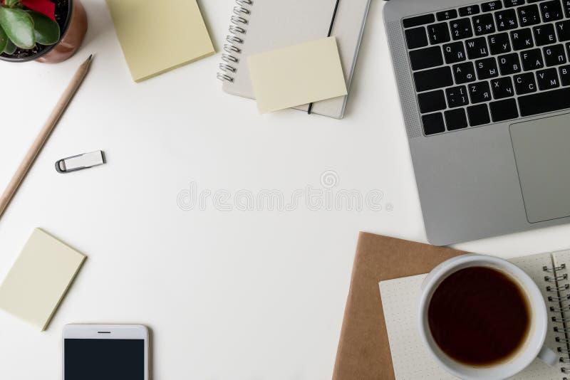 Draufsicht des Büro-Arbeitsplatzes Weißer Schreibtisch mit Kopienraum Flache Lageansicht über Tabelle mit Laptop, Gläser, Stift,  stockfotos