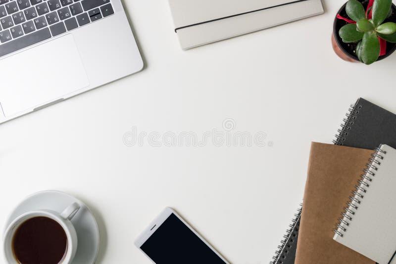 Draufsicht des Büro-Arbeitsplatzes Weißer Schreibtisch mit Kopienraum Flache Lageansicht über Tabelle mit Laptop, Telefon, Notizb stockfotos