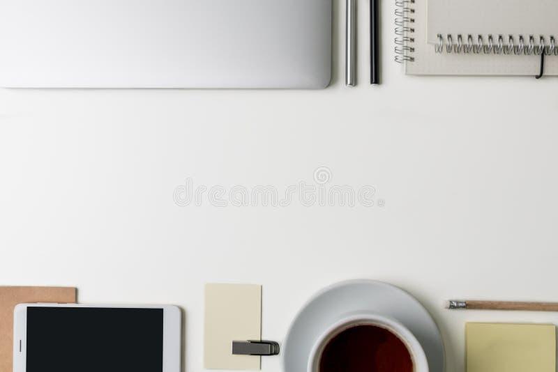 Draufsicht des Büro-Arbeitsplatzes Weißer Schreibtisch mit Kopienraum Flache Lageansicht über Tabelle mit Laptop, Telefon, Notizb lizenzfreies stockbild