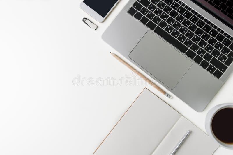 Draufsicht des Büro-Arbeitsplatzes Weißer Schreibtisch mit Kopienraum Flache Lageansicht über Tabelle mit Laptop, Telefon, Notizb lizenzfreies stockfoto