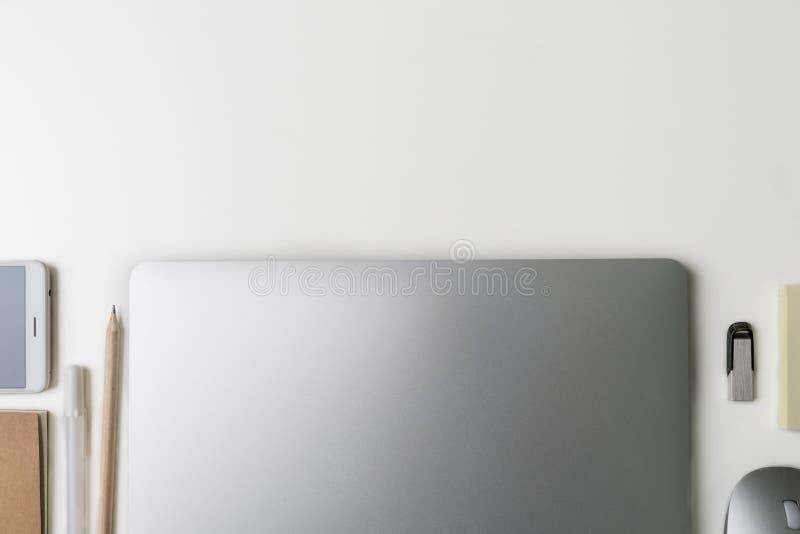 Draufsicht des Büro-Arbeitsplatzes Weißer Schreibtisch mit Kopienraum Flache Lageansicht über Tabelle mit Laptop, Telefon, Notizb stockbilder