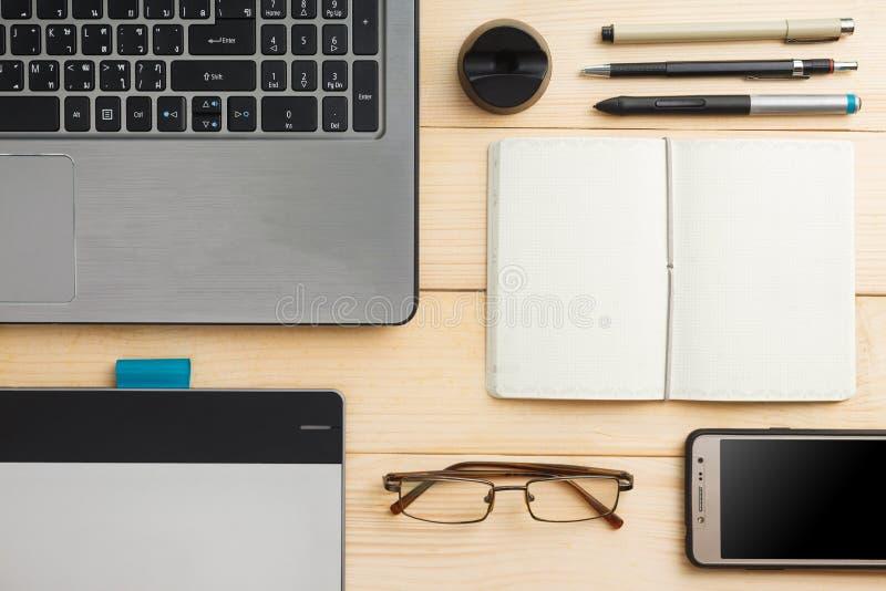 Draufsicht des Büromaterials und -geräte stockbilder