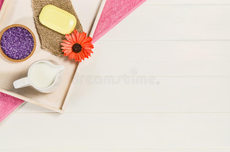 Draufsicht des Badekurortrahmens Hintergrund auf weißem Holztisch stockfoto