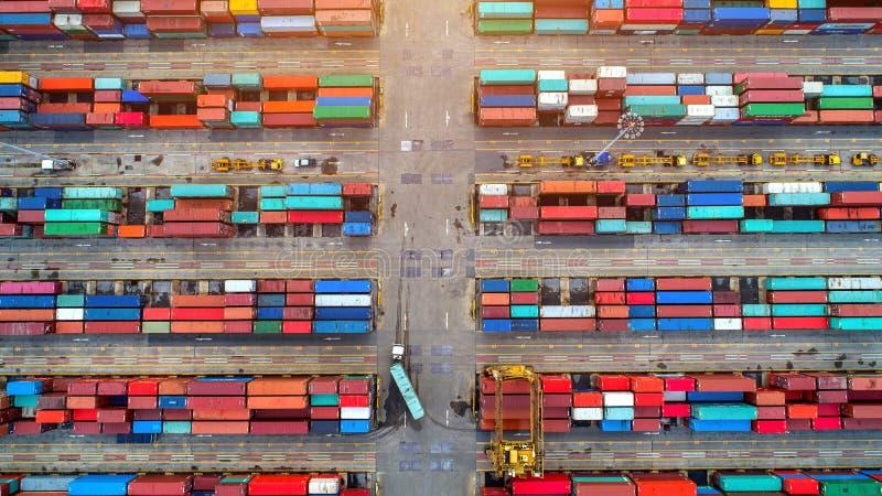 Draufsicht des Behälters und des Kranes, des Containerschiffs im Import-export und der logistischen Fracht des Geschäfts zu beher stockfotos