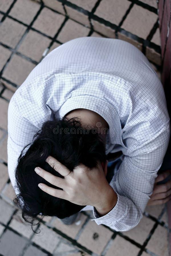 Draufsicht des betonten deprimierten jungen asiatischen Manngefühls schlecht stockfoto