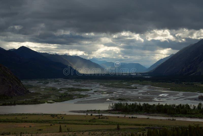 Draufsicht des breiten River Valley unter den Bergen lizenzfreie stockbilder