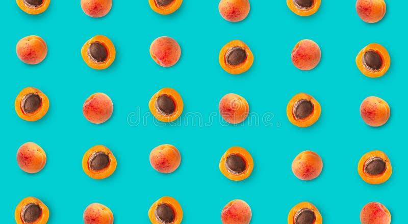 Draufsicht des bunten Fruchtmusters der reifen Aprikosen stockfoto