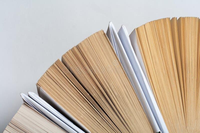 Draufsicht des bunten gebundenen Buches bucht in einem Kreis Offenes Buch, aufgelockerte Seiten Zur?ck zu Schulkopienraum Ausbild stockfotografie