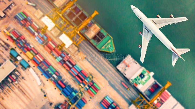 Draufsicht des Containerschiffs und der Flugzeuge im Export- und Importbus lizenzfreies stockfoto
