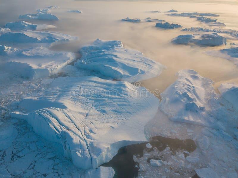 Draufsicht des Eisbergbrummenluftbildes - Klimawandel und globale Erwärmung Eisberge von schmelzendem Gletscher im icefjord in Il lizenzfreie stockbilder