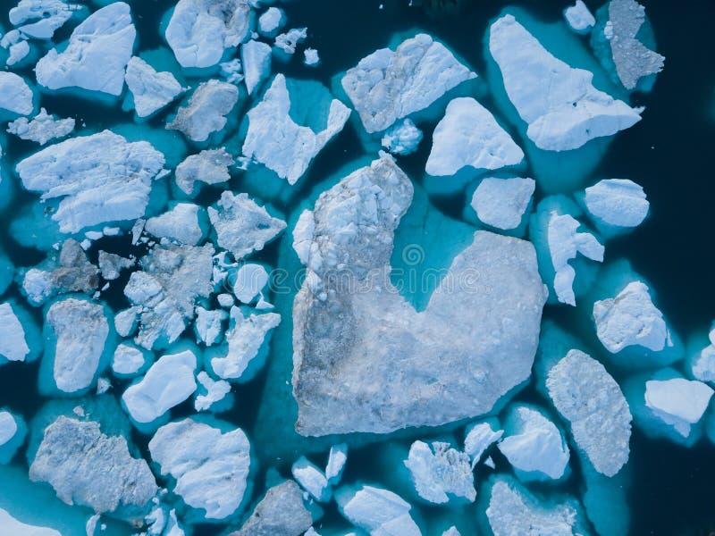 Draufsicht des Eisbergbrummenluftbildes - Klimawandel und globale Erwärmung Eisberge von schmelzendem Gletscher im icefjord in Il lizenzfreie stockfotografie