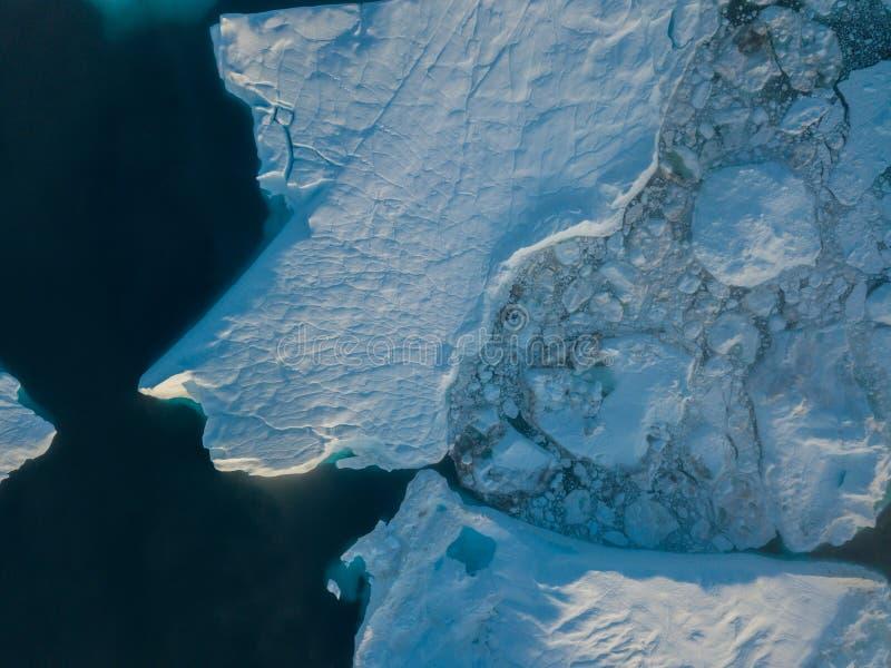 Draufsicht des Eisbergbrummenluftbildes - Klimawandel und globale Erwärmung Eisberge von schmelzendem Gletscher im icefjord in Il stockfoto