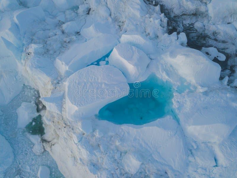 Draufsicht des Eisbergbrummenluftbildes - Klimawandel und globale Erwärmung Eisberge von schmelzendem Gletscher im icefjord in Il stockfotografie