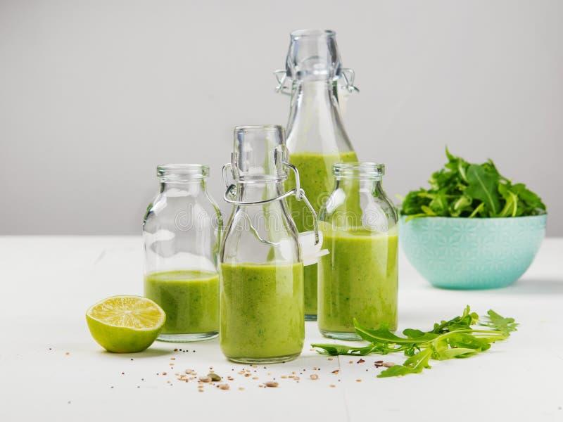 Draufsicht des frischen rohen Gemüses, Früchte auf grauer Hintergrundfahne Unterschiedliche Vielzahl von Kohlpflanzen, Chinakohl, stockfoto
