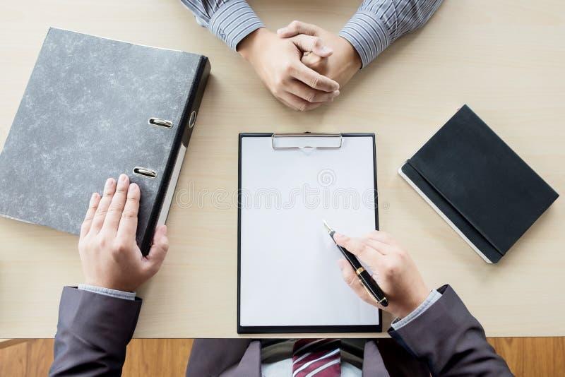 Draufsicht des Geschäftsmannes ein Interview mit Geschäftsmann leitend lizenzfreie stockfotos