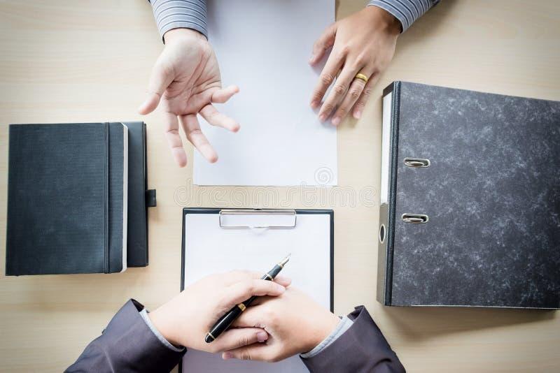 Draufsicht des Geschäftsmannes ein Interview mit Geschäftsmann leitend lizenzfreie stockfotografie