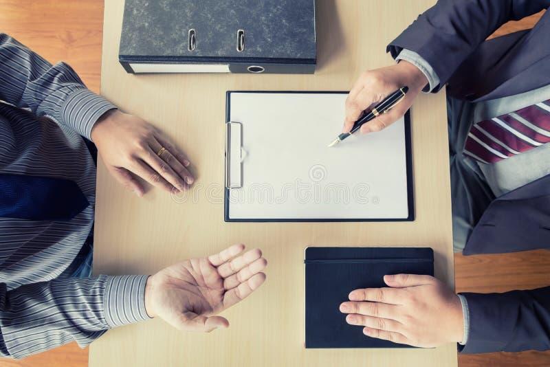 Draufsicht des Geschäftsmannes ein Interview mit Geschäftsmann leitend stockbild