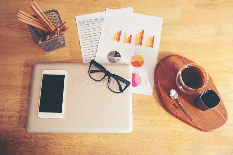 Draufsicht des Geschäftsmaterials, Laptop, Diagramme, Bericht, Glas, ein Büro des Tasse Kaffees zu Hause stockbild