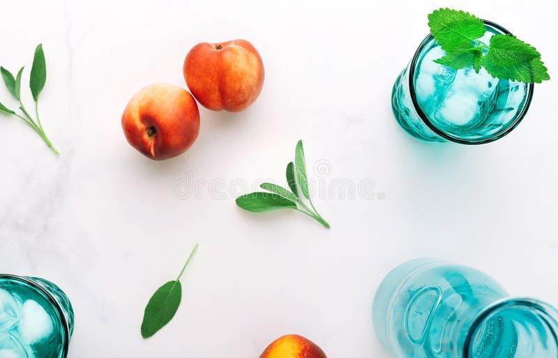 Draufsicht des gesunden Frühstücks des natürlichen griechischen Joghurts, der Frucht und des Wassers auf Marmortabelle Flache Lag lizenzfreie stockfotografie