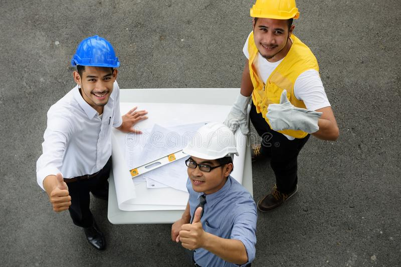 Draufsicht des glücklichen Ingenieurteams greift oben ab stockfotos
